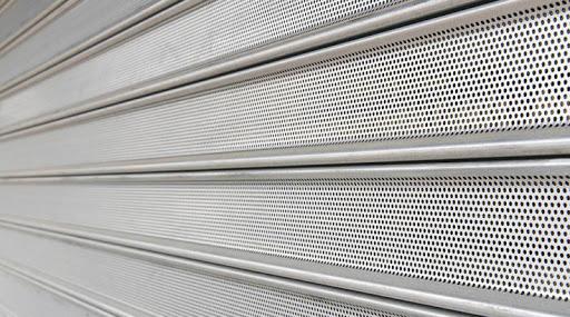 rideau métallique avec lames micro perforés